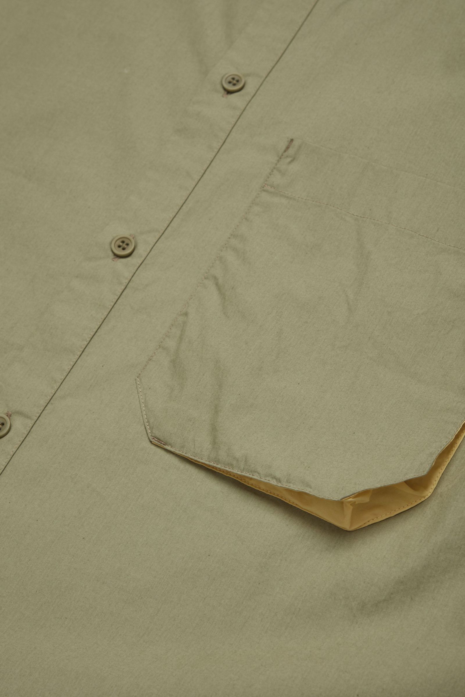 COS 오가닉 코튼 포플린 셔츠의 카키 그린컬러 Detail입니다.