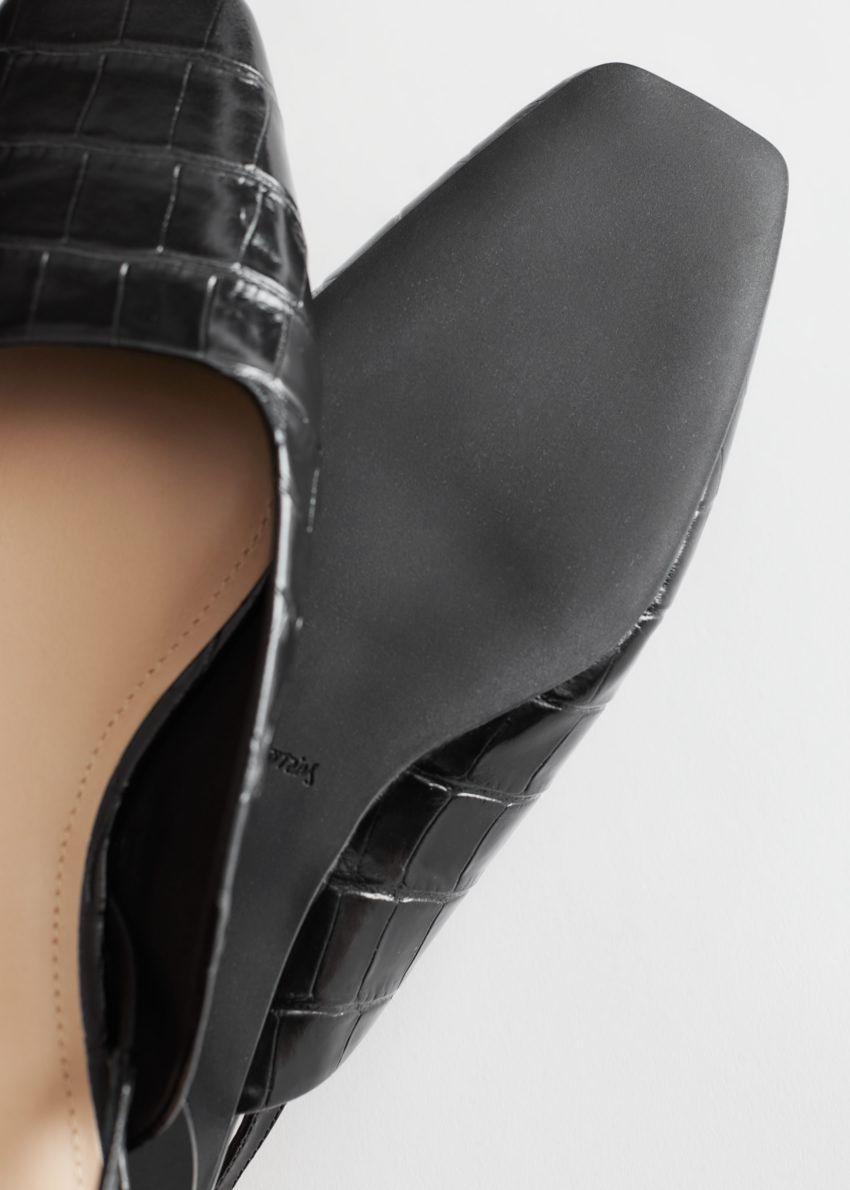 앤아더스토리즈 크로크 엠보스드 레더 발레리나 플랫의 블랙 크로크컬러 Detail입니다.