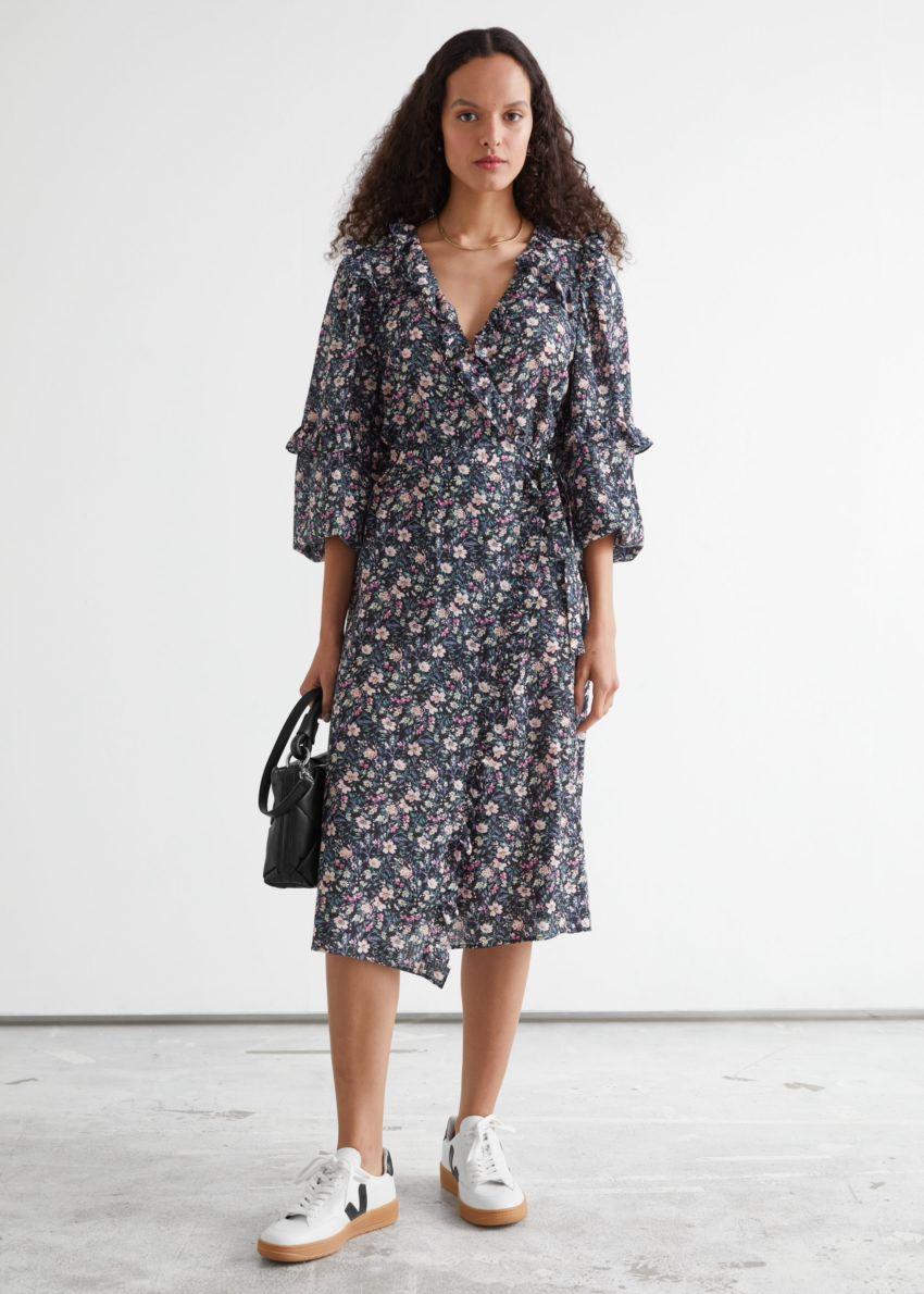 앤아더스토리즈 볼류미너스 러플 랩 미디 드레스의 블랙 플로럴컬러 ECOMLook입니다.