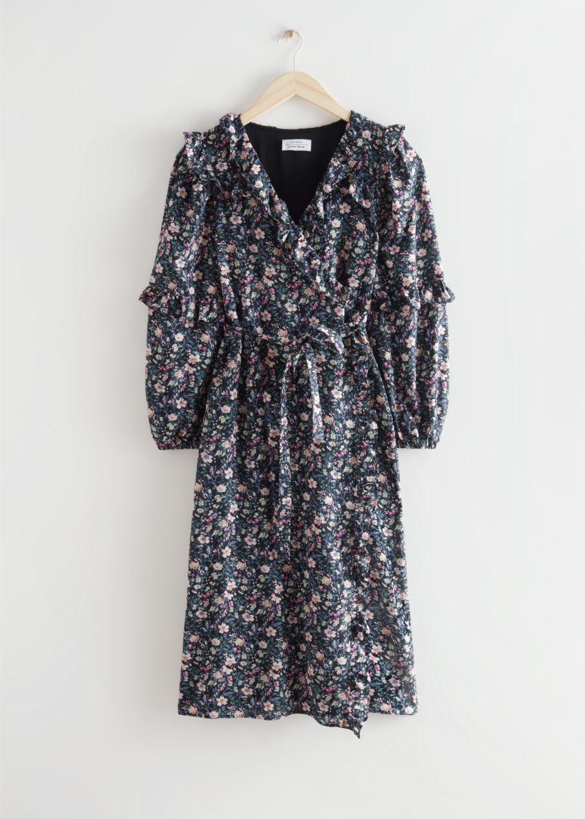 앤아더스토리즈 볼류미너스 러플 랩 미디 드레스의 블랙 플로럴컬러 Product입니다.