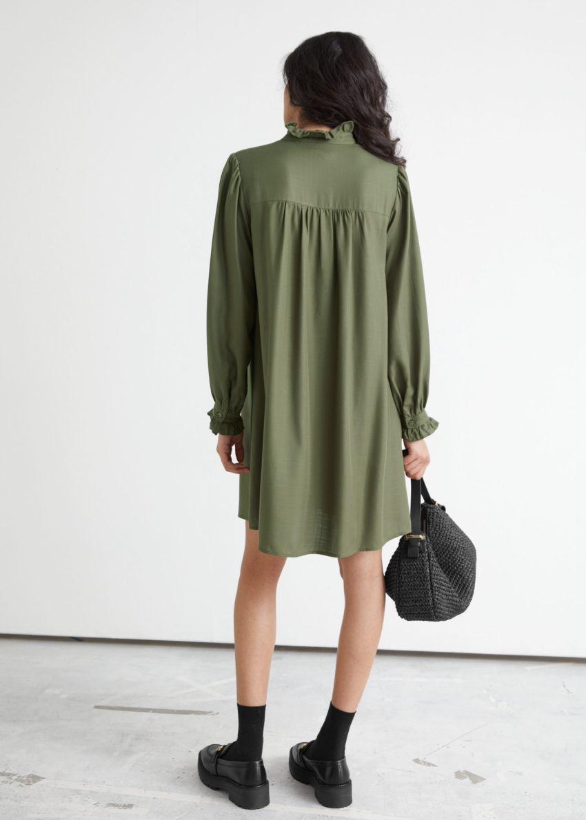 앤아더스토리즈 러플 베이비돌 미니 드레스의 카키컬러 ECOMLook입니다.