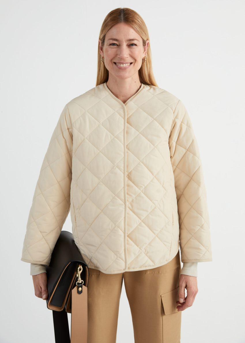 앤아더스토리즈 오버사이즈 퀼티드 재킷의 크림컬러 ECOMLook입니다.