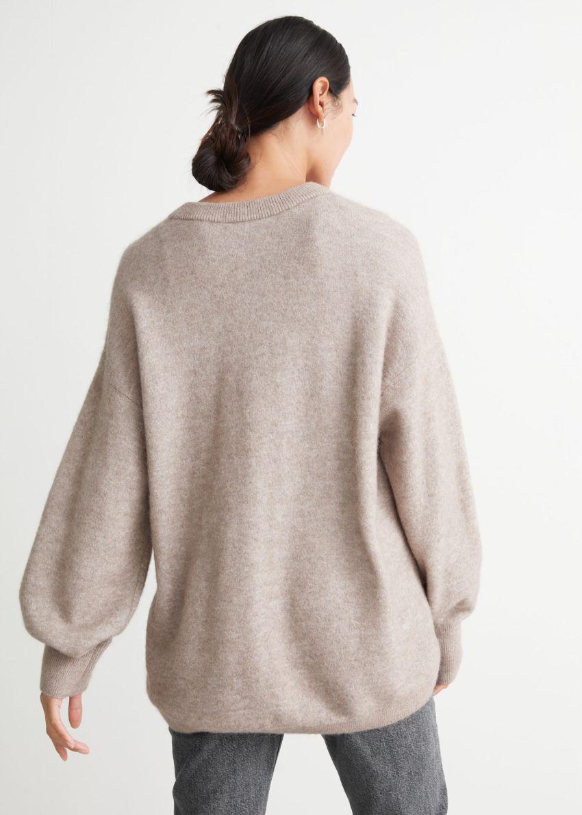 앤아더스토리즈 오버사이즈 니트 스웨터의 오트밀컬러 ECOMLook입니다.