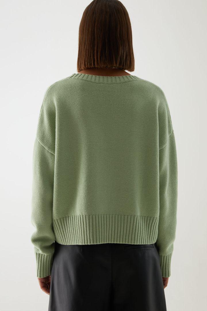 COS 코튼 울 알파카 스웨터의 그린컬러 ECOMLook입니다.