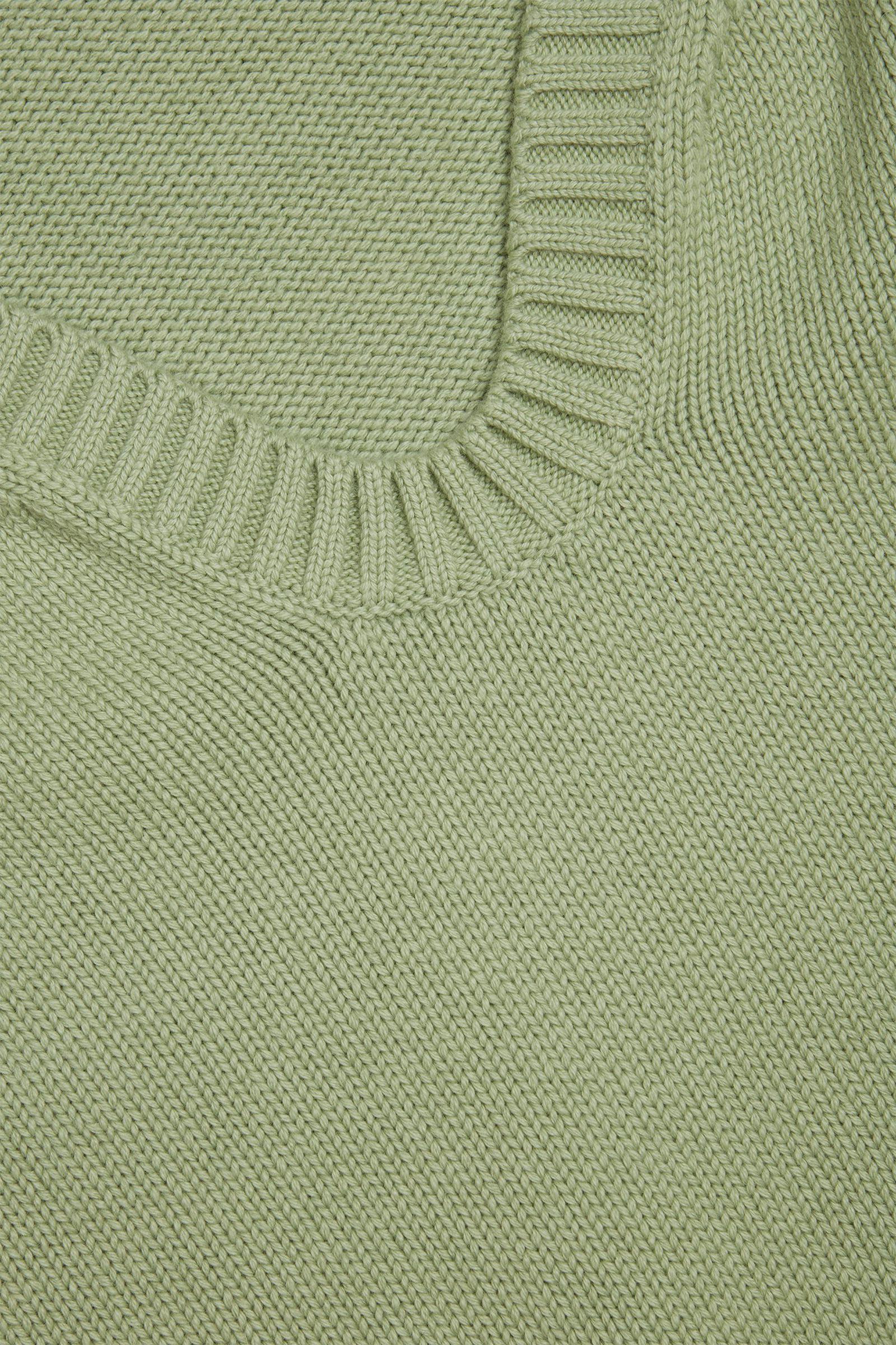 COS 코튼 울 알파카 스웨터의 그린컬러 Detail입니다.