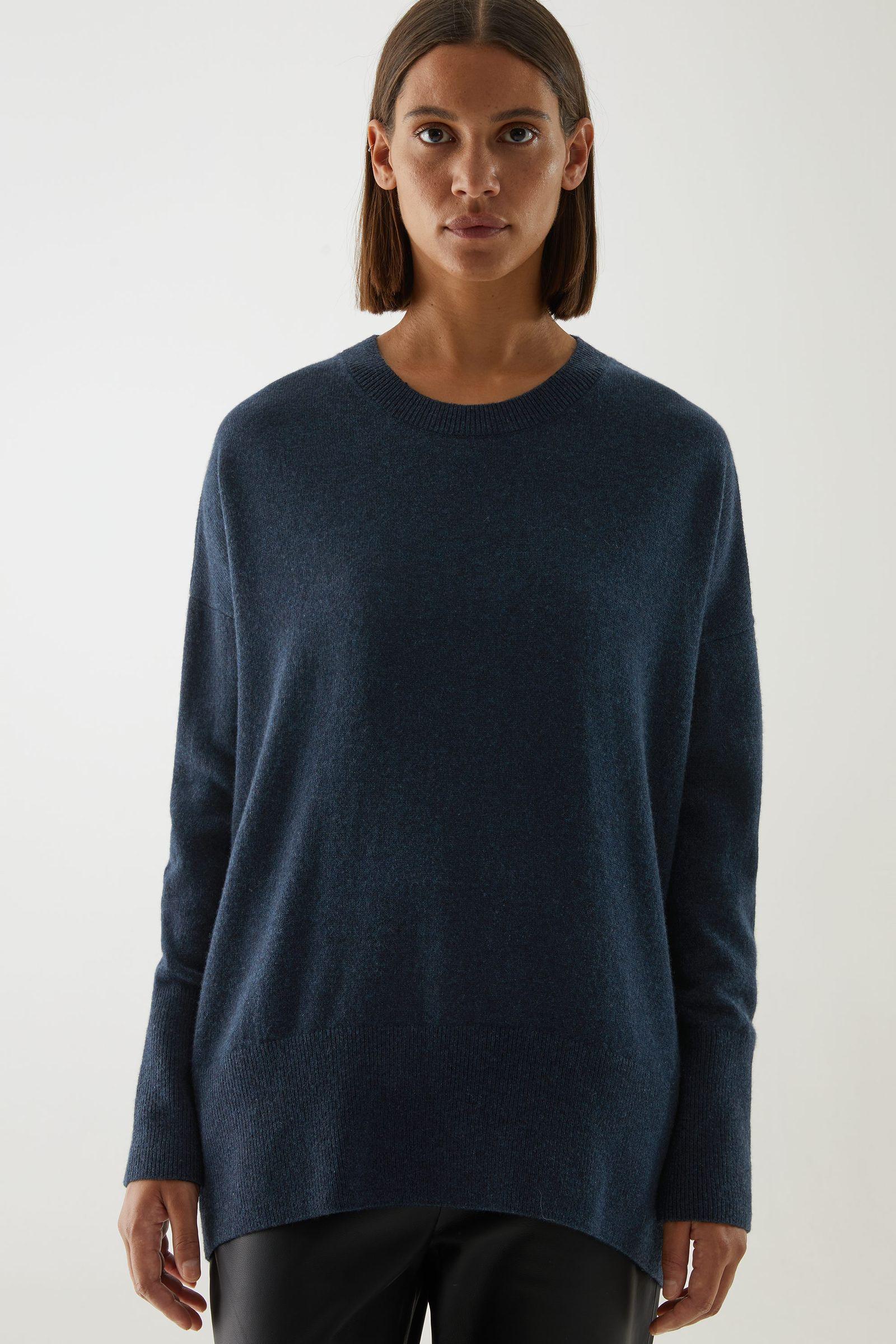 COS 캐시미어 오버사이즈 스웨터의 네이비컬러 ECOMLook입니다.