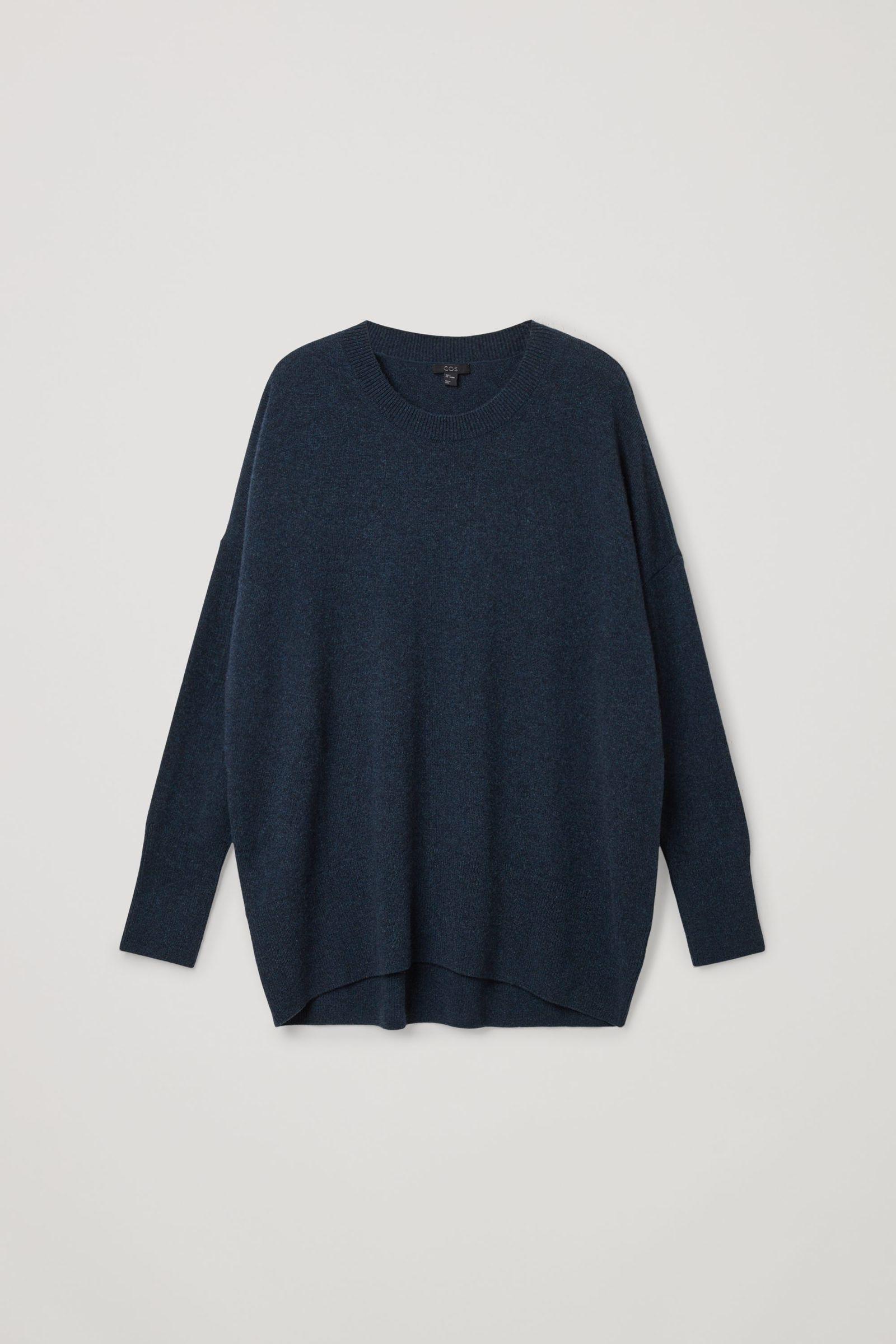 COS 캐시미어 오버사이즈 스웨터의 네이비컬러 Product입니다.