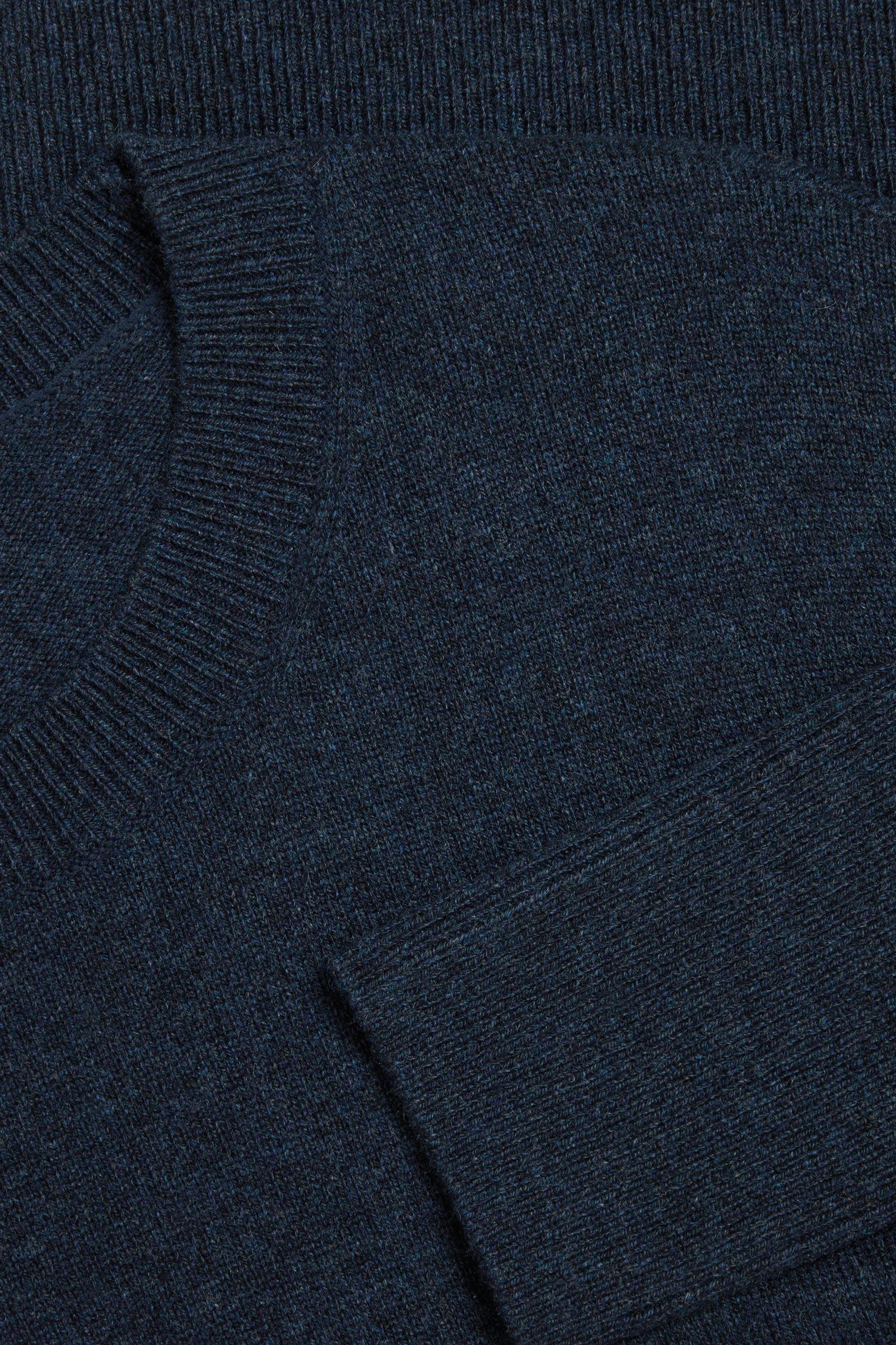 COS 캐시미어 오버사이즈 스웨터의 네이비컬러 Detail입니다.