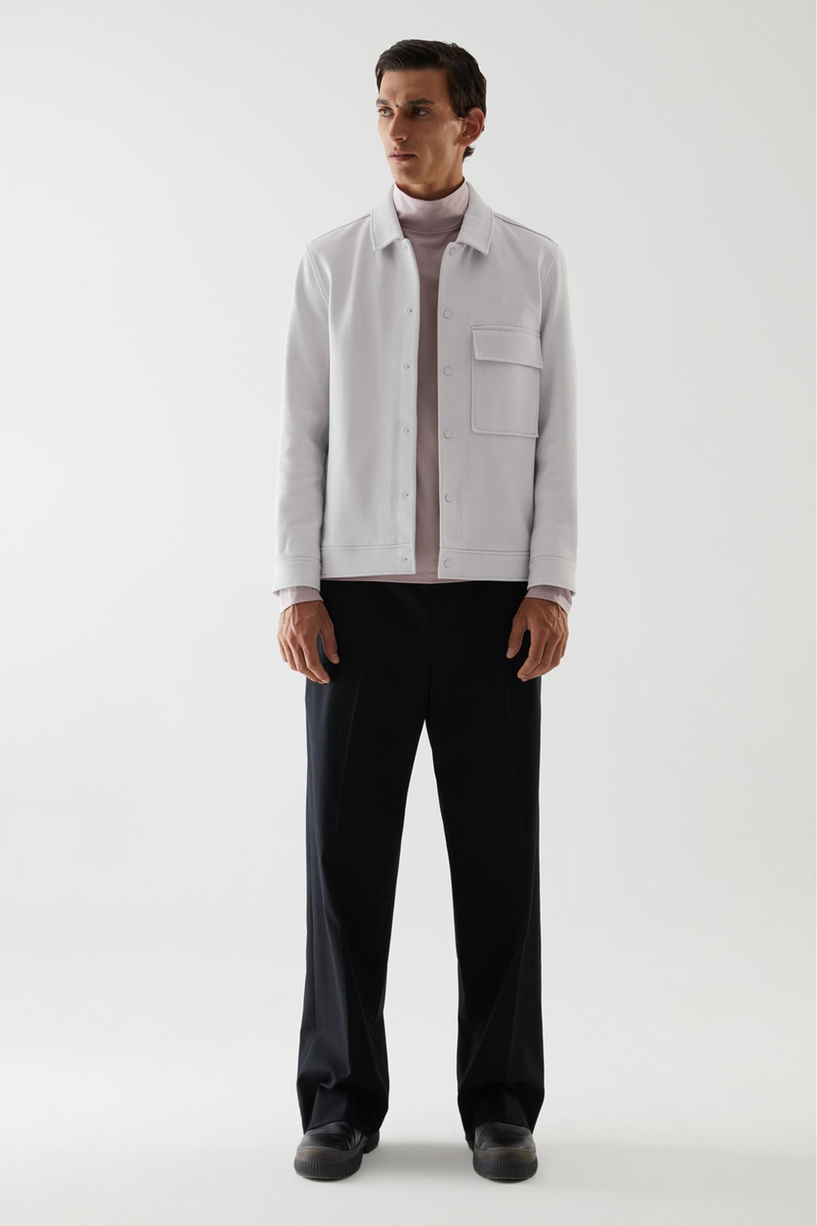 COS 코튼 트윌 셔츠 재킷의 그레이컬러 ECOMLook입니다.