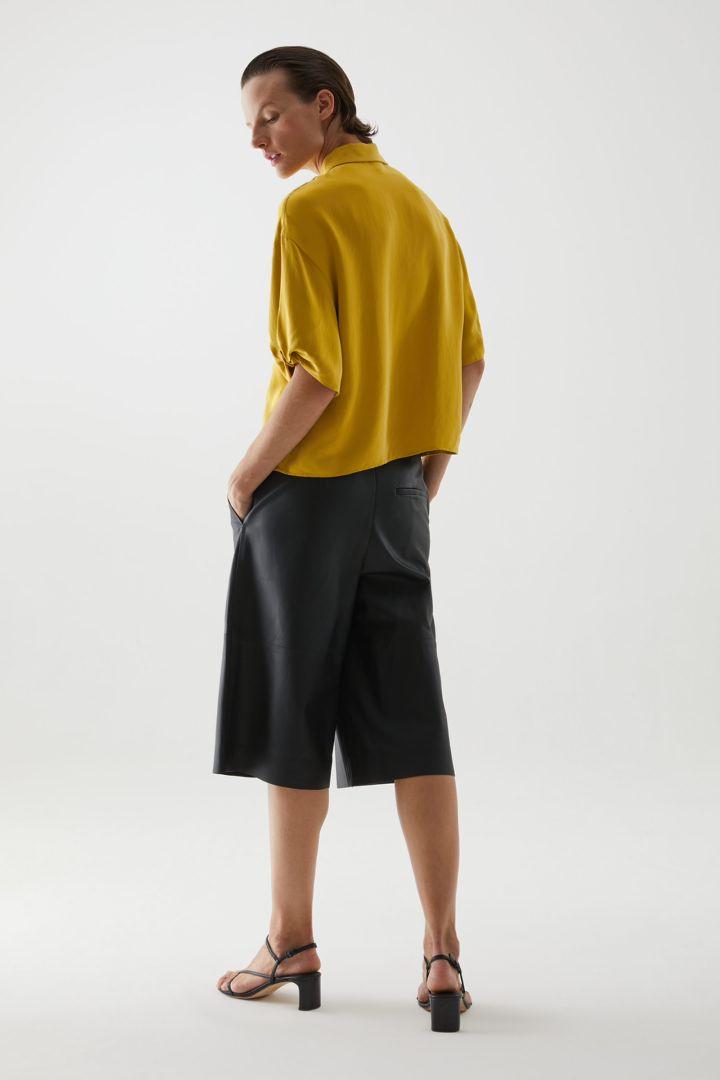 COS 쇼트 퍼프 슬리브 셔츠의 옐로우컬러 ECOMLook입니다.