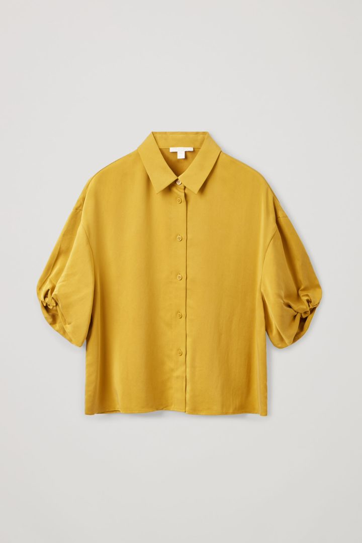 COS 쇼트 퍼프 슬리브 셔츠의 옐로우컬러 Product입니다.