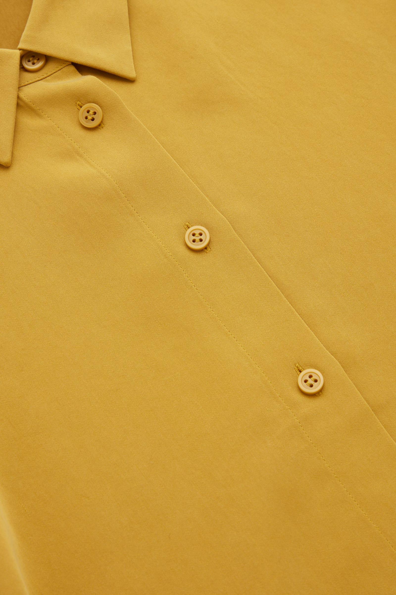 COS 쇼트 퍼프 슬리브 셔츠의 옐로우컬러 Detail입니다.