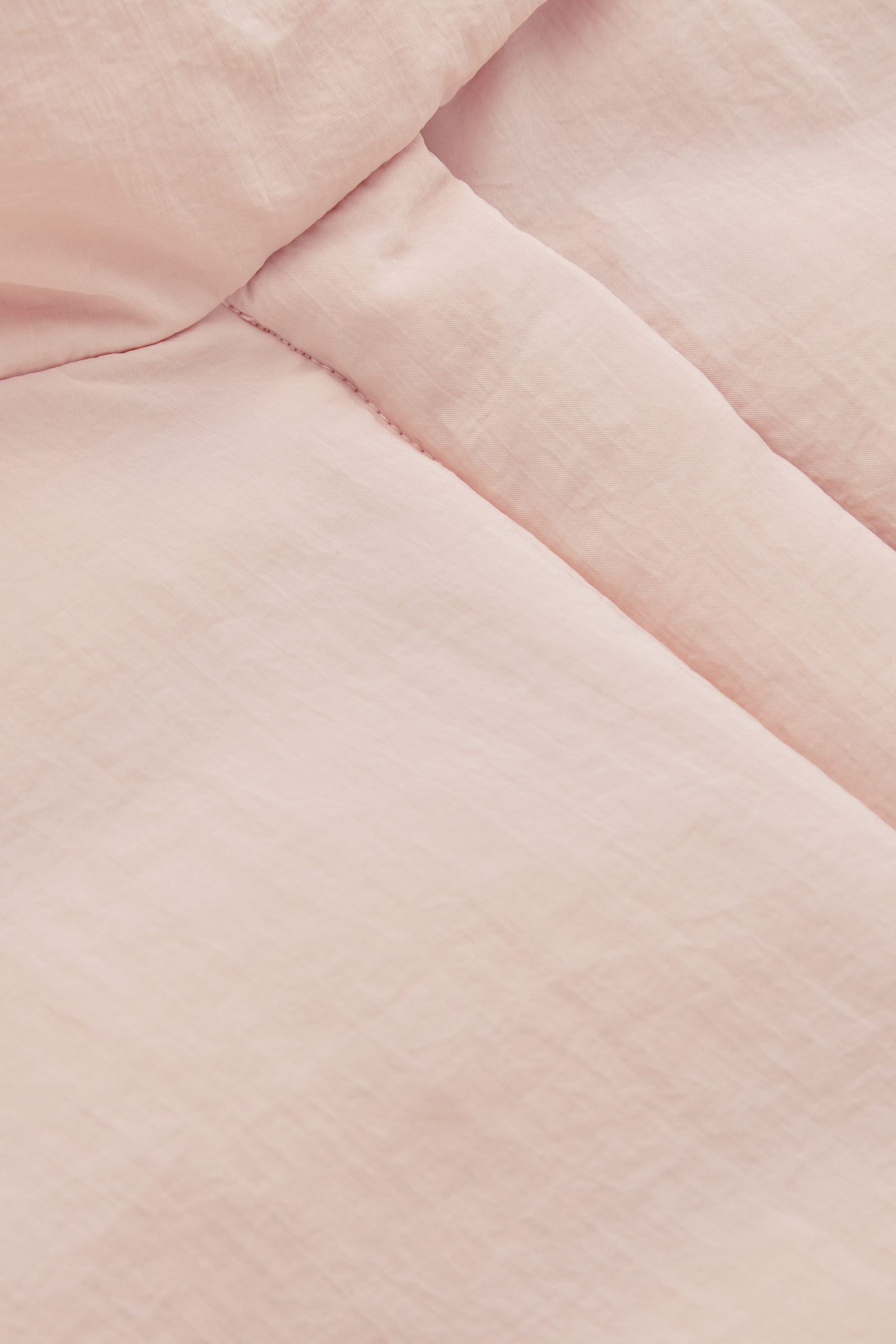 COS 플라워다운™ 하이브리드 패딩 재킷의 더스티 라이트 핑크컬러 Detail입니다.