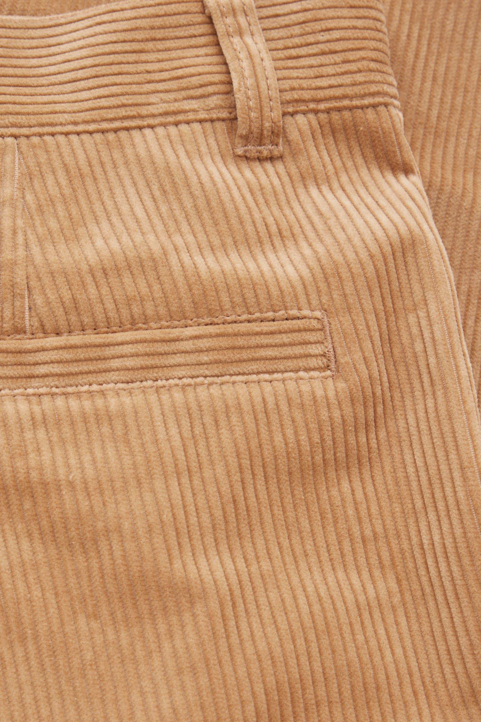 COS 레귤러 핏 테이퍼드 트라우저의 브라운컬러 Detail입니다.