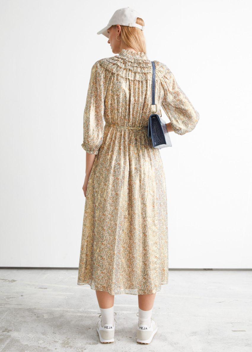 앤아더스토리즈 벨티드 러플 미디 드레스의 옐로우 프린트컬러 ECOMLook입니다.