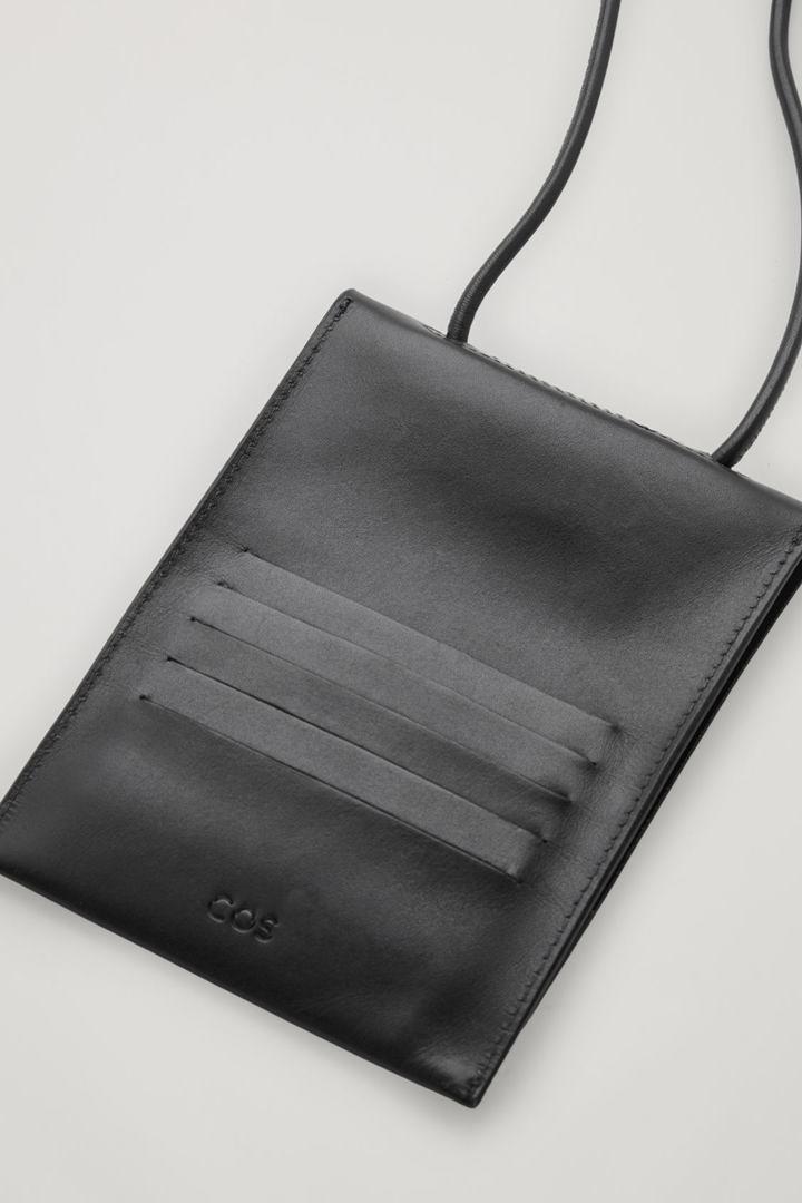 COS 레더 크로스바디 파우치의 블랙컬러 Detail입니다.