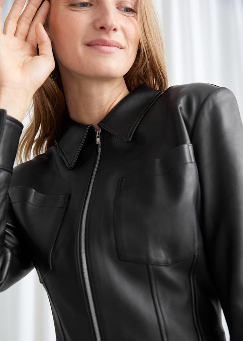앤아더스토리즈 레더 집 프런트 드레스의 블랙컬러 ECOMLook입니다.