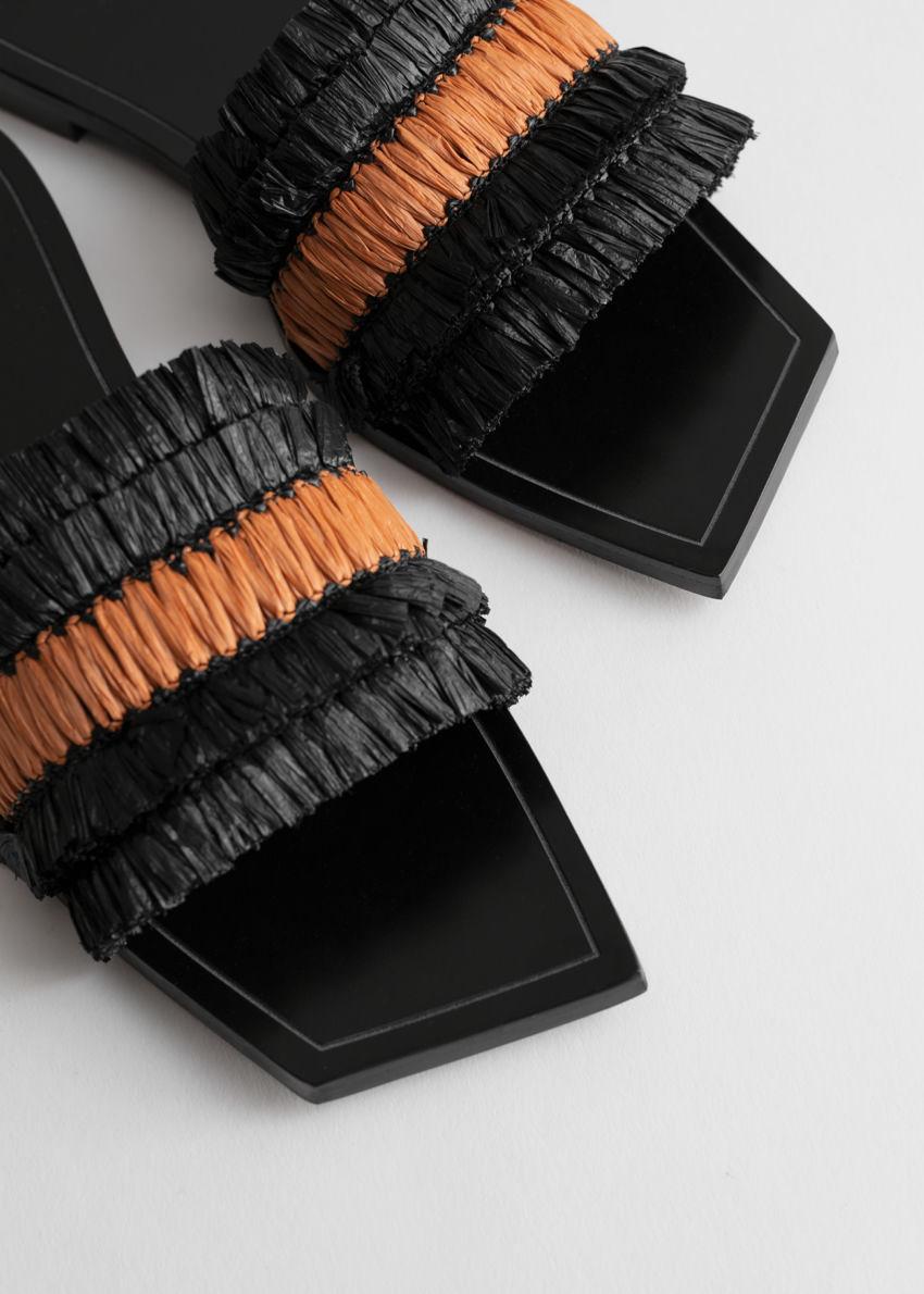 앤아더스토리즈 스트로 러플 스퀘어 토 샌들의 블랙 오렌지컬러 Product입니다.