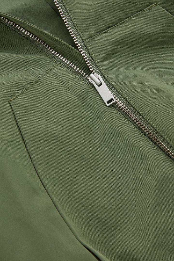 COS 패딩 후디드 재킷의 카키 그린컬러 Detail입니다.