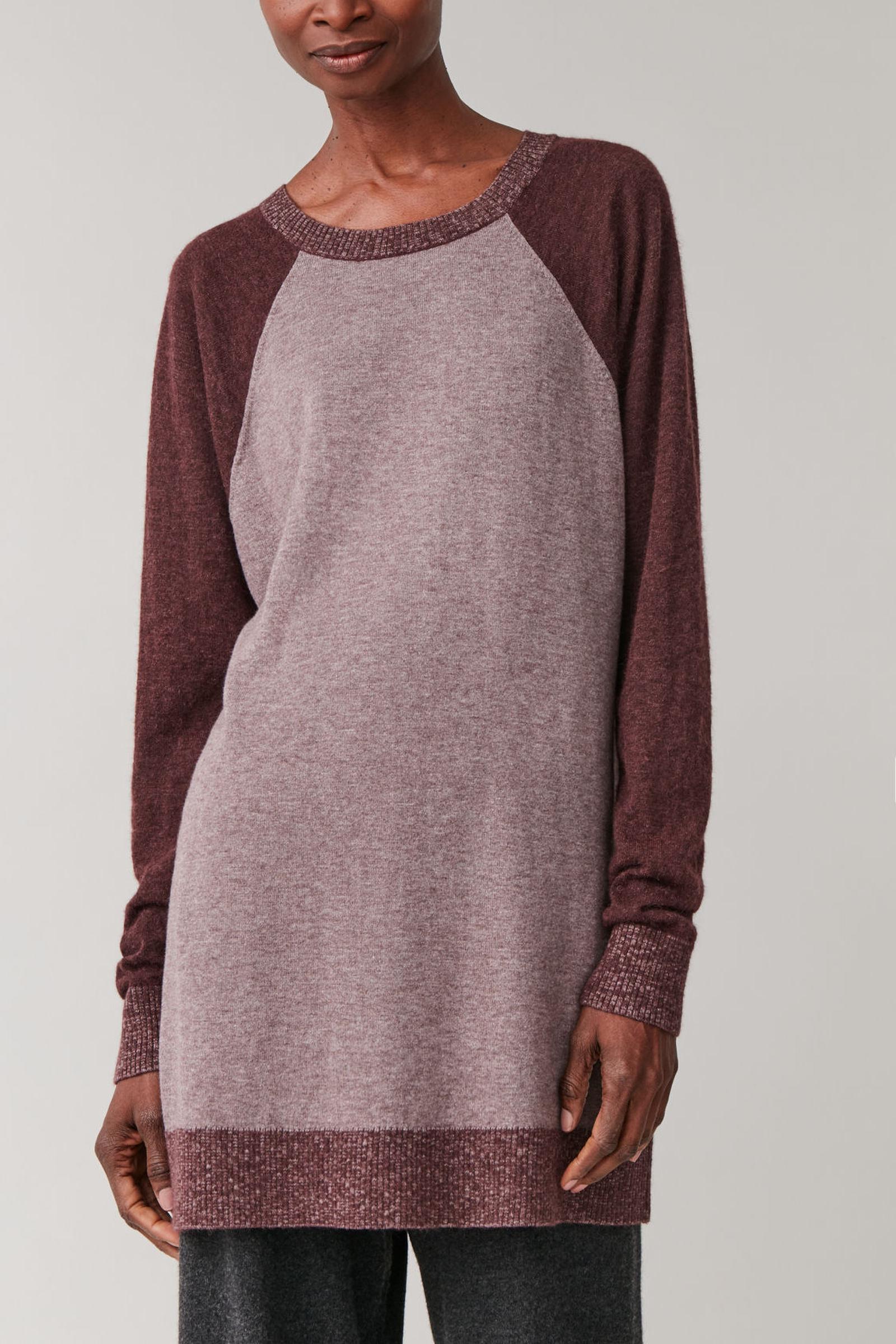 COS 컬러 블록 니티드 드레스의 그레이 / 다크 퍼플컬러 ECOMLook입니다.