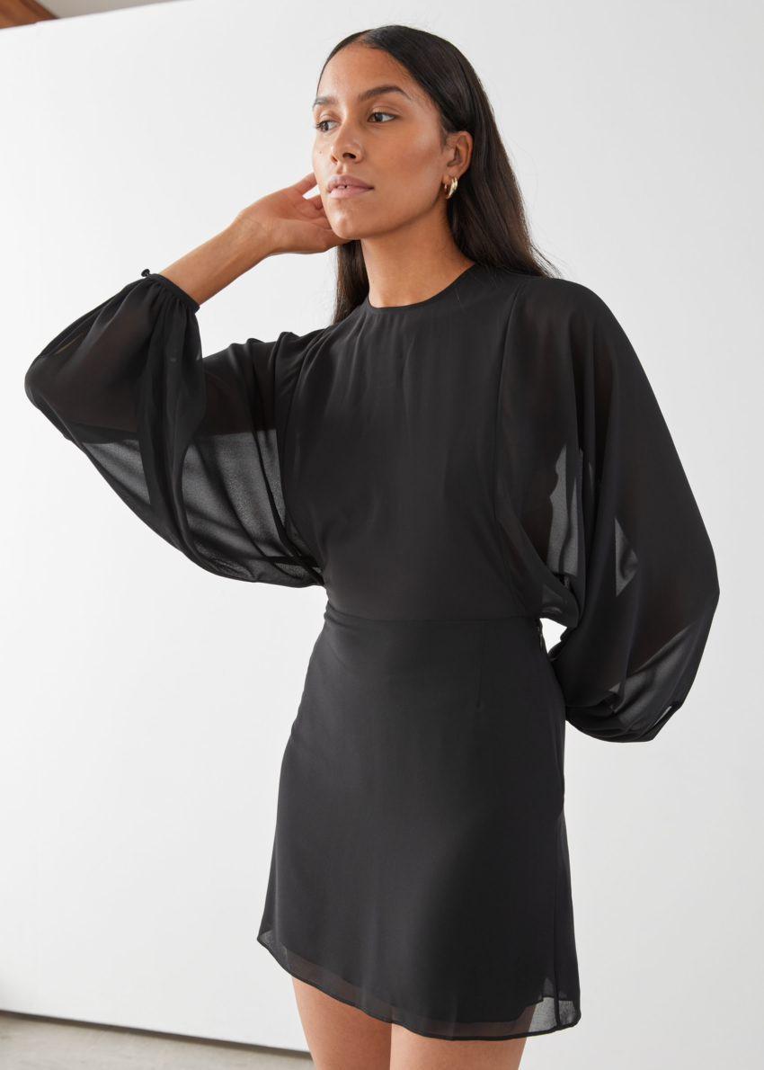 앤아더스토리즈 버튼 볼류미너스 슬리브 미니 드레스의 블랙컬러 ECOMLook입니다.