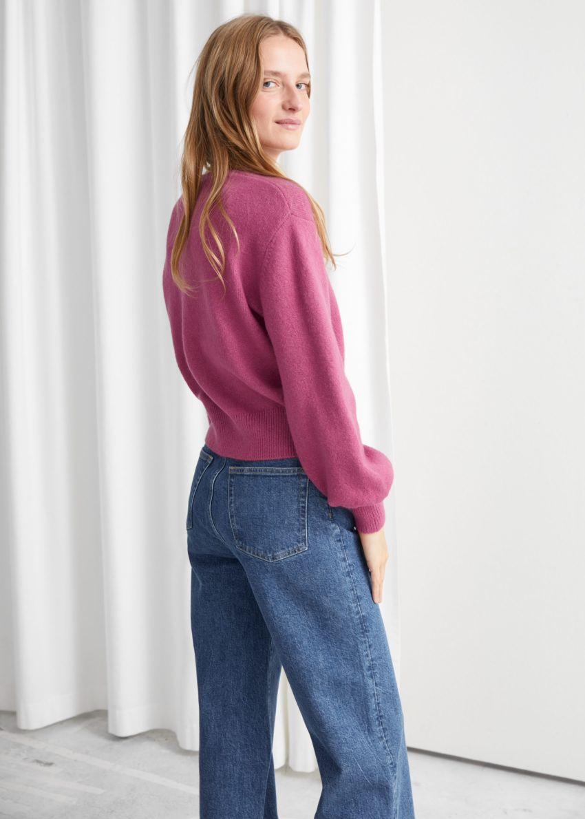 앤아더스토리즈 크롭 스웨터의 다크 핑크컬러 ECOMLook입니다.