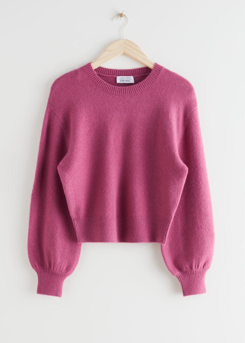 앤아더스토리즈 크롭 스웨터의 다크 핑크컬러 Product입니다.