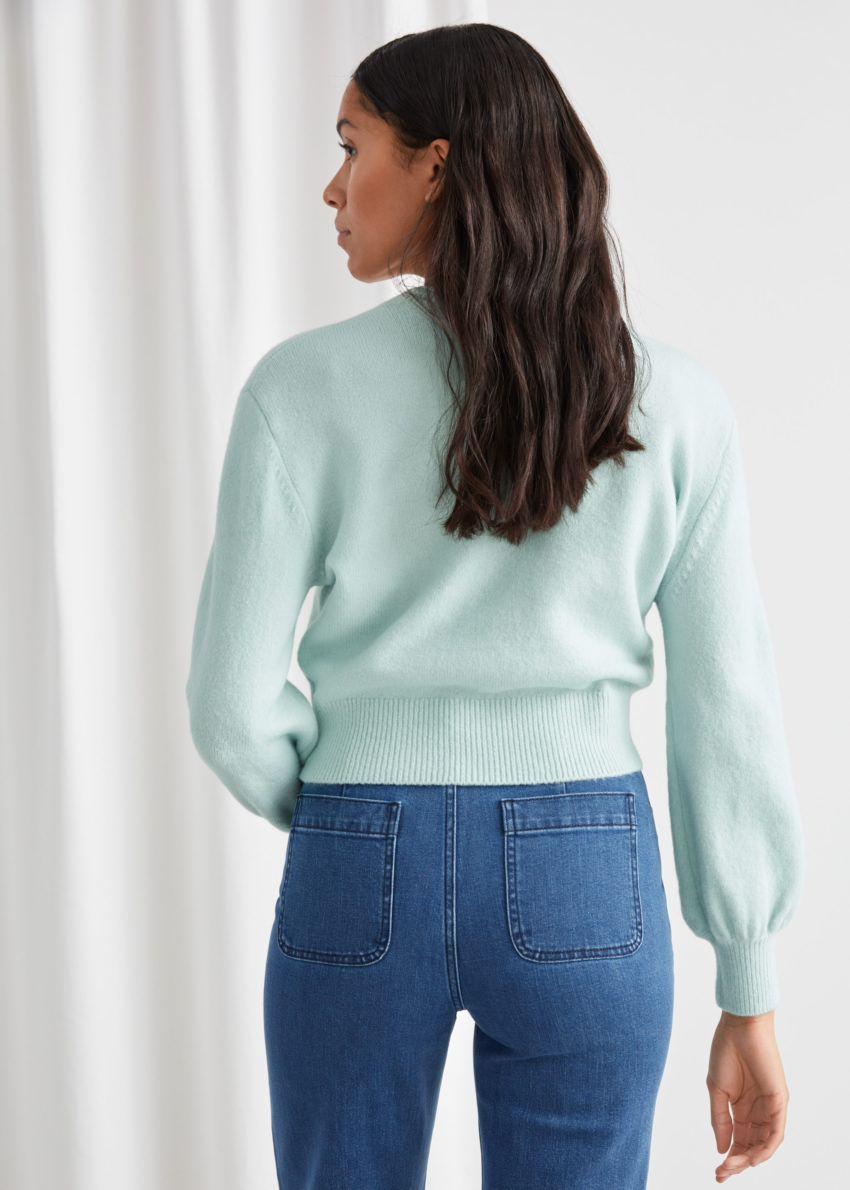 앤아더스토리즈 크롭 스웨터의 라이트 그린컬러 ECOMLook입니다.