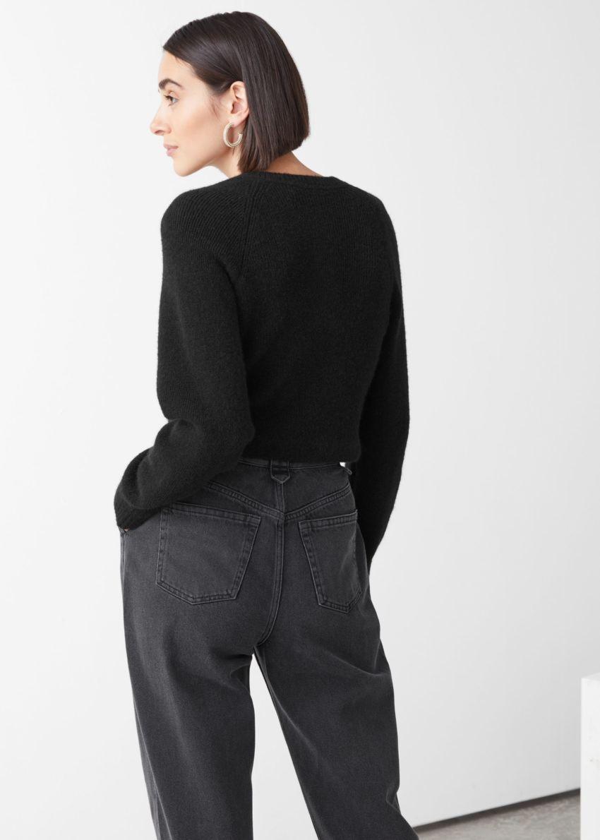 앤아더스토리즈 버튼 알파카 블렌드 니트 스웨터의 블랙컬러 ECOMLook입니다.