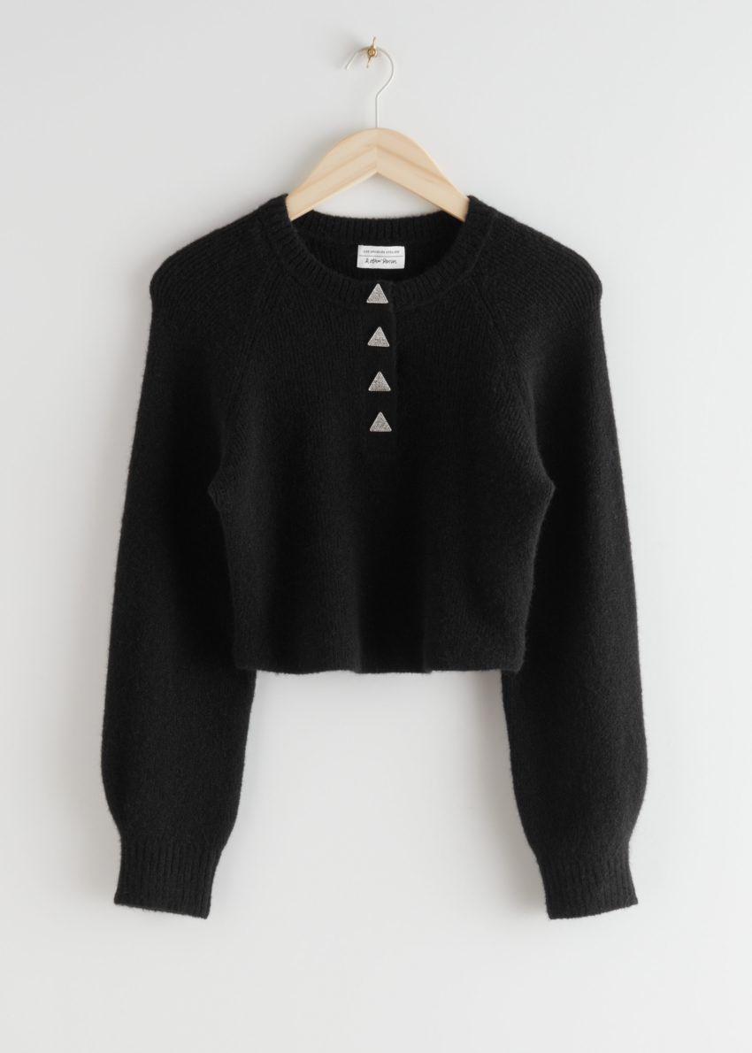 앤아더스토리즈 버튼 알파카 블렌드 니트 스웨터의 블랙컬러 Product입니다.