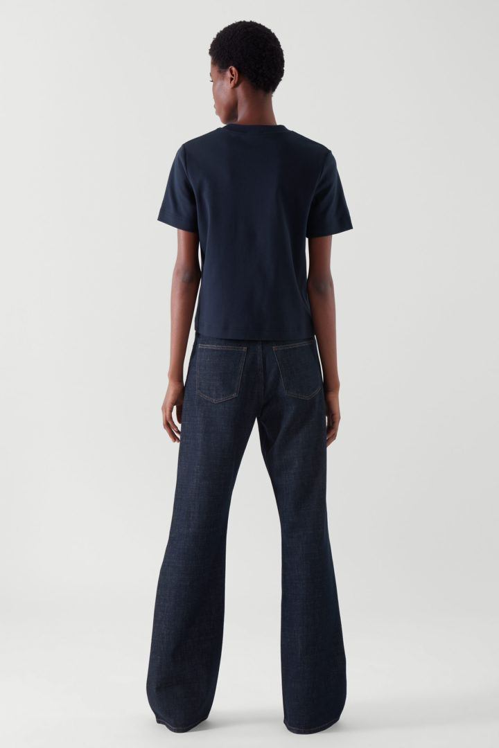COS 슬림 핏 티셔츠의 블루컬러 ECOMLook입니다.