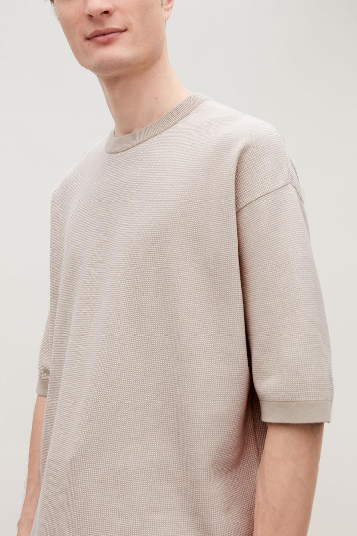 COS default image 6 of 브라운 in 오버사이즈 니티드 티셔츠
