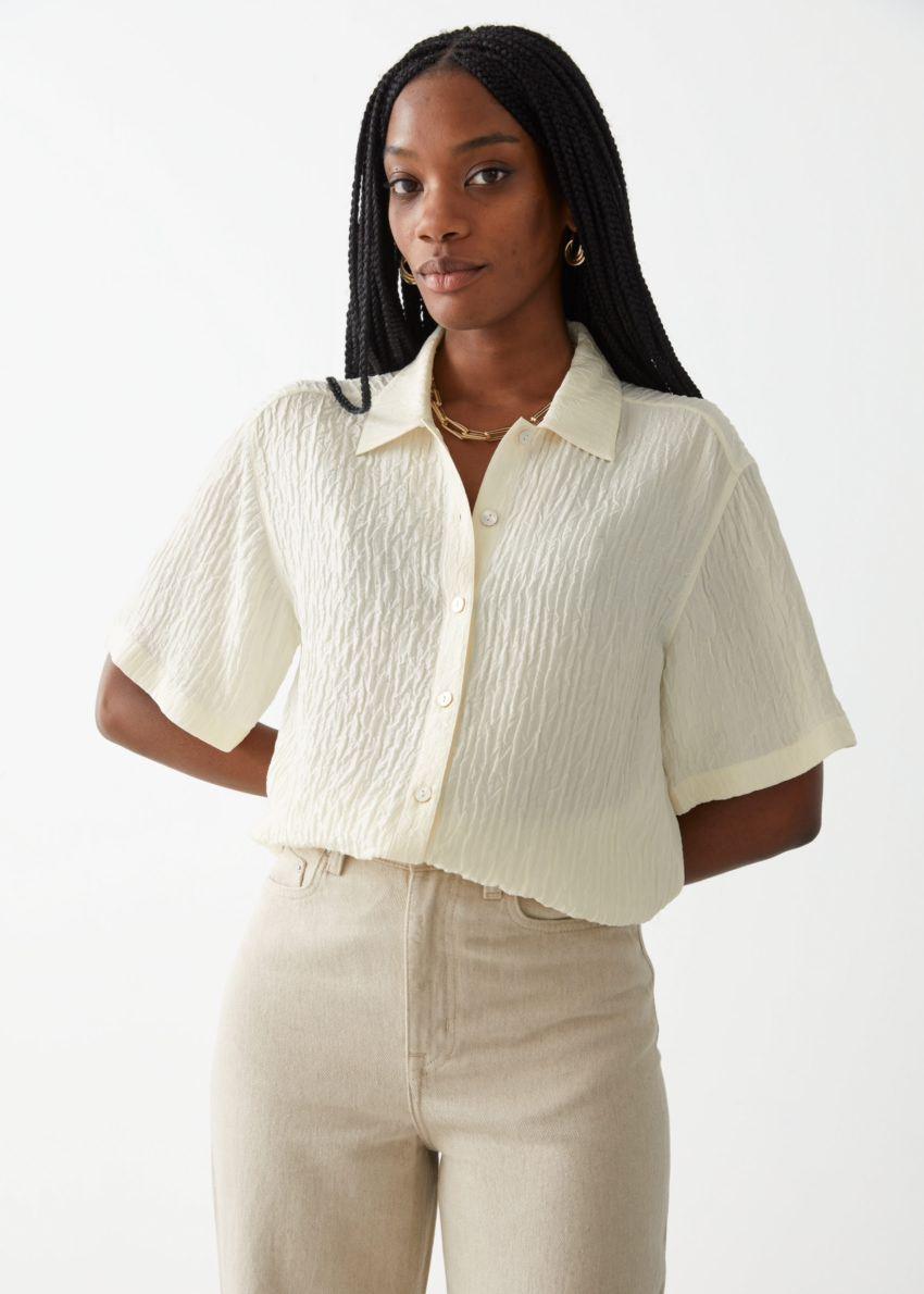 앤아더스토리즈 텍스처 실크 셔츠의 크림컬러 ECOMLook입니다.
