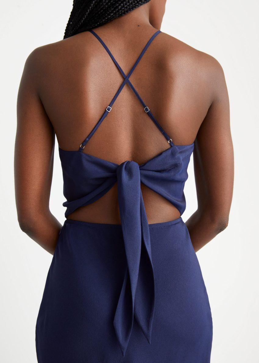 앤아더스토리즈 스트래피 맥시 드레스의 다크 블루컬러 ECOMLook입니다.
