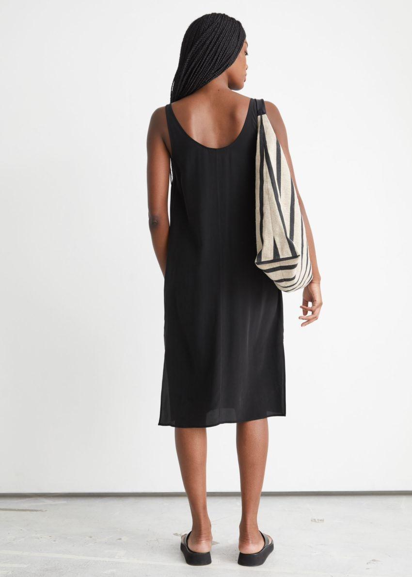 앤아더스토리즈 슬리브리스 미니 실크 드레스의 블랙컬러 ECOMLook입니다.