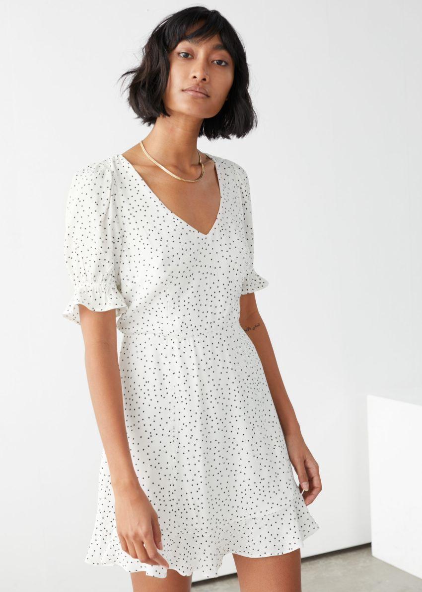 앤아더스토리즈 브이넥 퍼프 슬리브 미니 드레스의 화이트 도트컬러 ECOMLook입니다.
