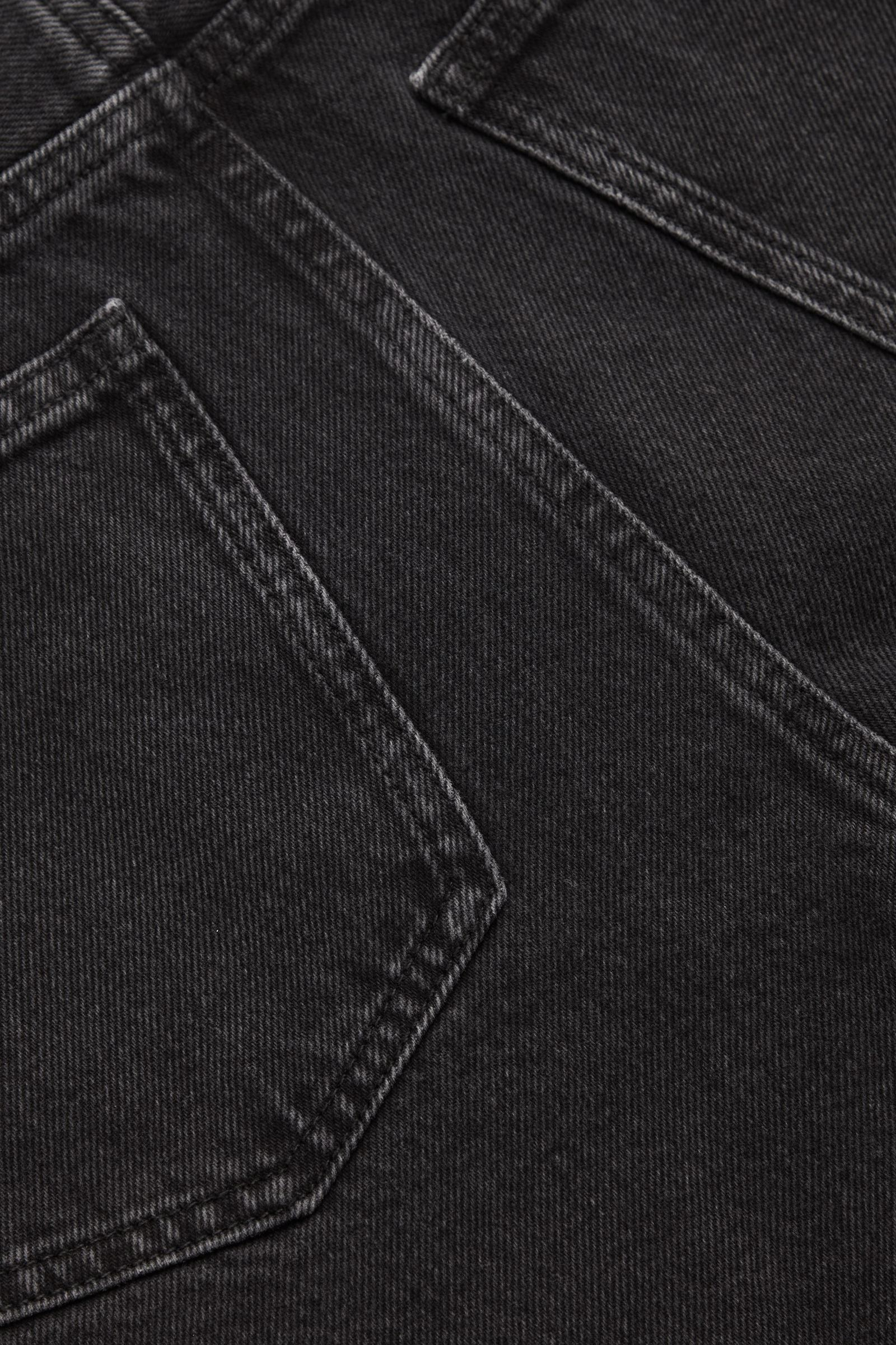 COS 릴랙스드 핏 데님 쇼츠의 다크 그레이컬러 Detail입니다.