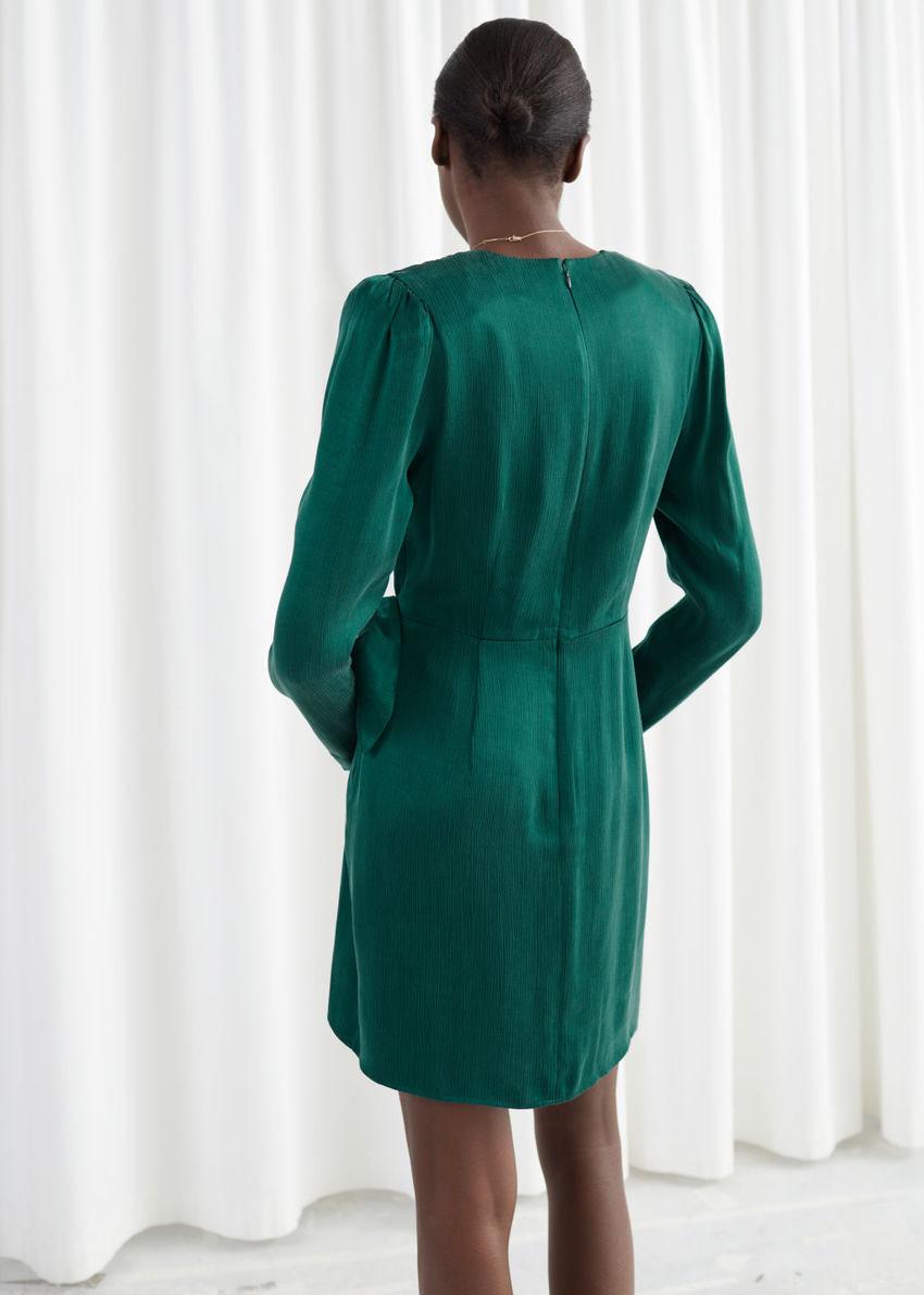 앤아더스토리즈 새틴 버클 타이 미니 랩 드레스의 그린컬러 ECOMLook입니다.