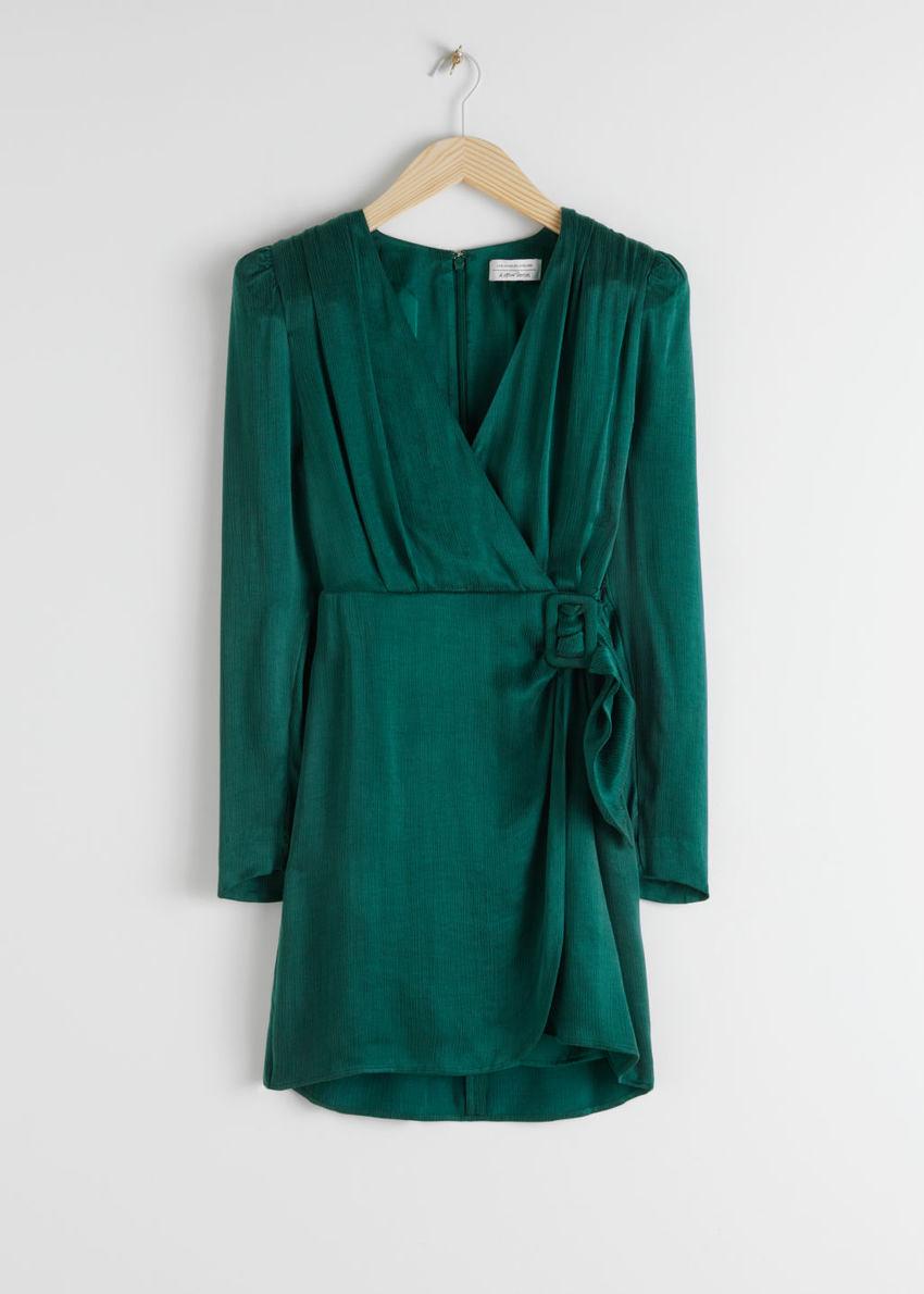 앤아더스토리즈 새틴 버클 타이 미니 랩 드레스의 그린컬러 Product입니다.