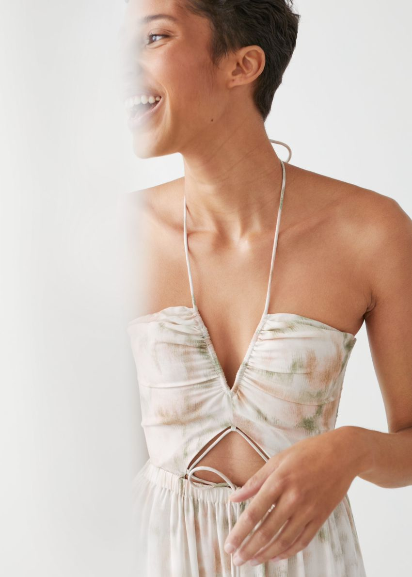 앤아더스토리즈 프릴 홀터 미디 드레스의 화이트 프린트컬러 ECOMLook입니다.