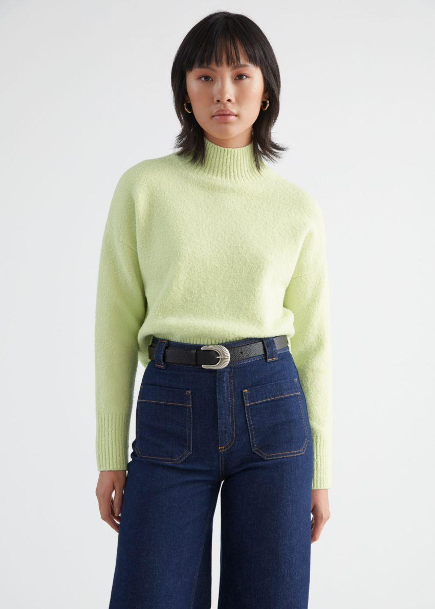 앤아더스토리즈 크롭 모크 넥 스웨터의 라임컬러 ECOMLook입니다.