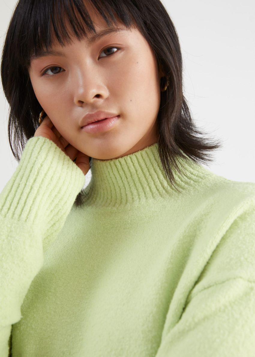 앤아더스토리즈 크롭 스웨터의 라임컬러 ECOMLook입니다.
