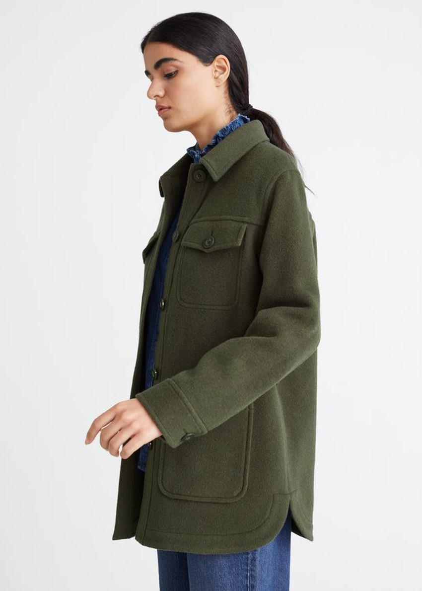 앤아더스토리즈 벨티드 오버셔츠 재킷의 카키컬러 ECOMLook입니다.