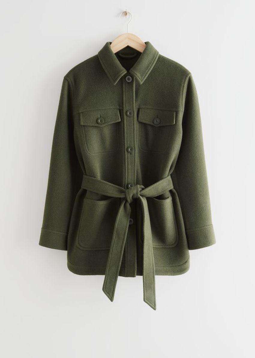 앤아더스토리즈 벨티드 오버셔츠 재킷의 카키컬러 Product입니다.