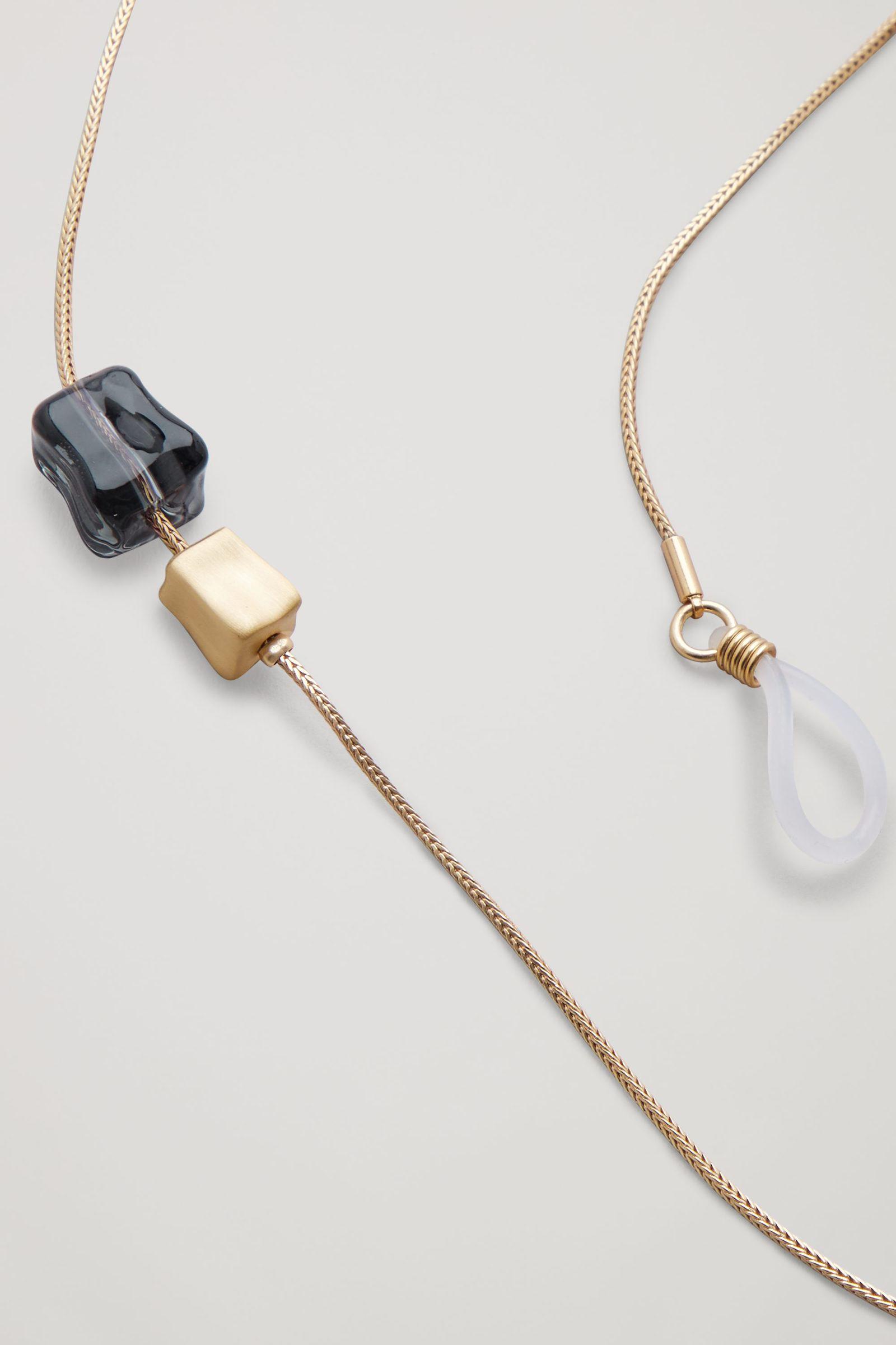 COS 비디드 선글라스 체인의 골드컬러 Detail입니다.