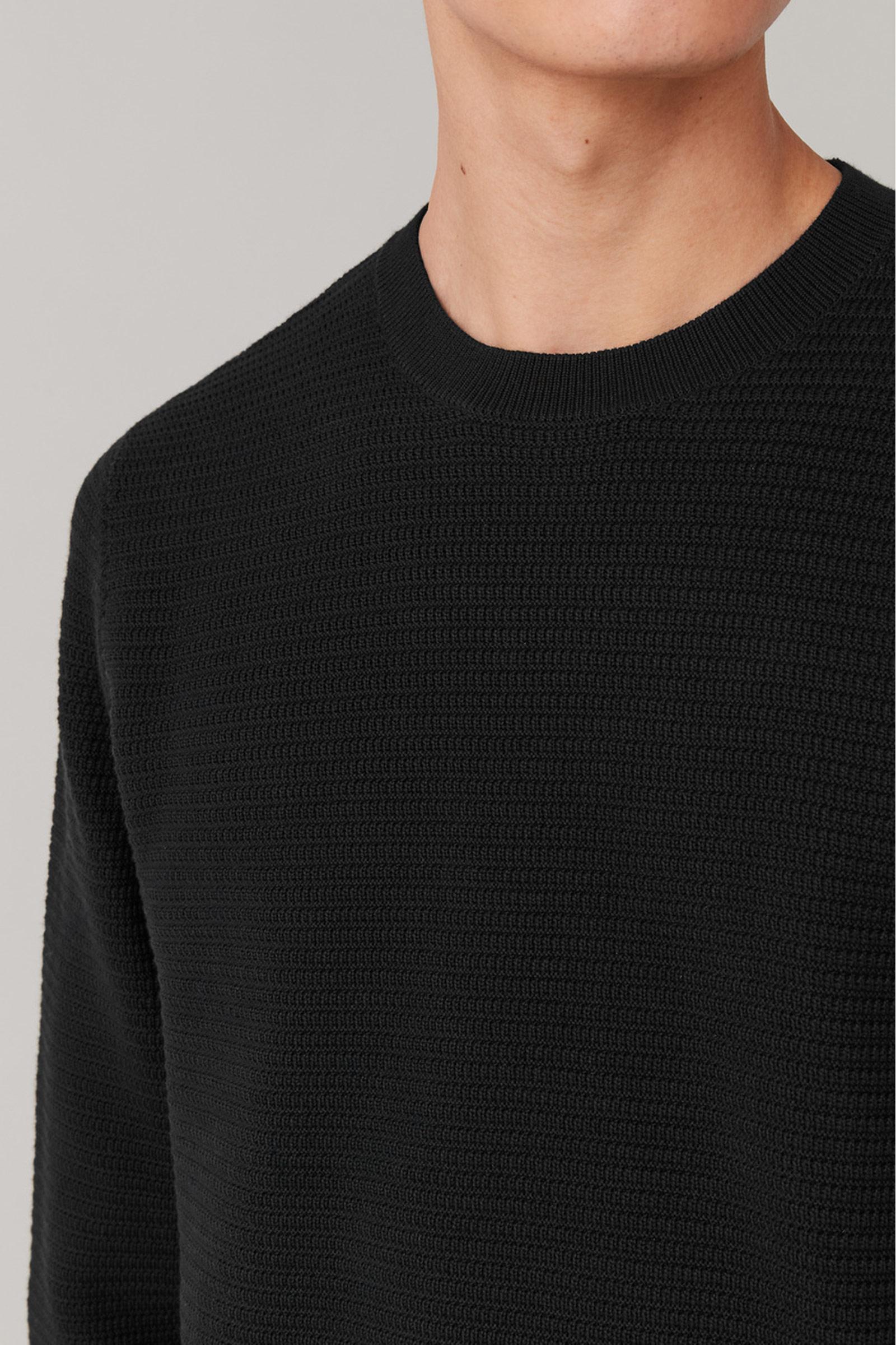 COS 텍스처드 니트 스웨터의 블랙컬러 ECOMLook입니다.