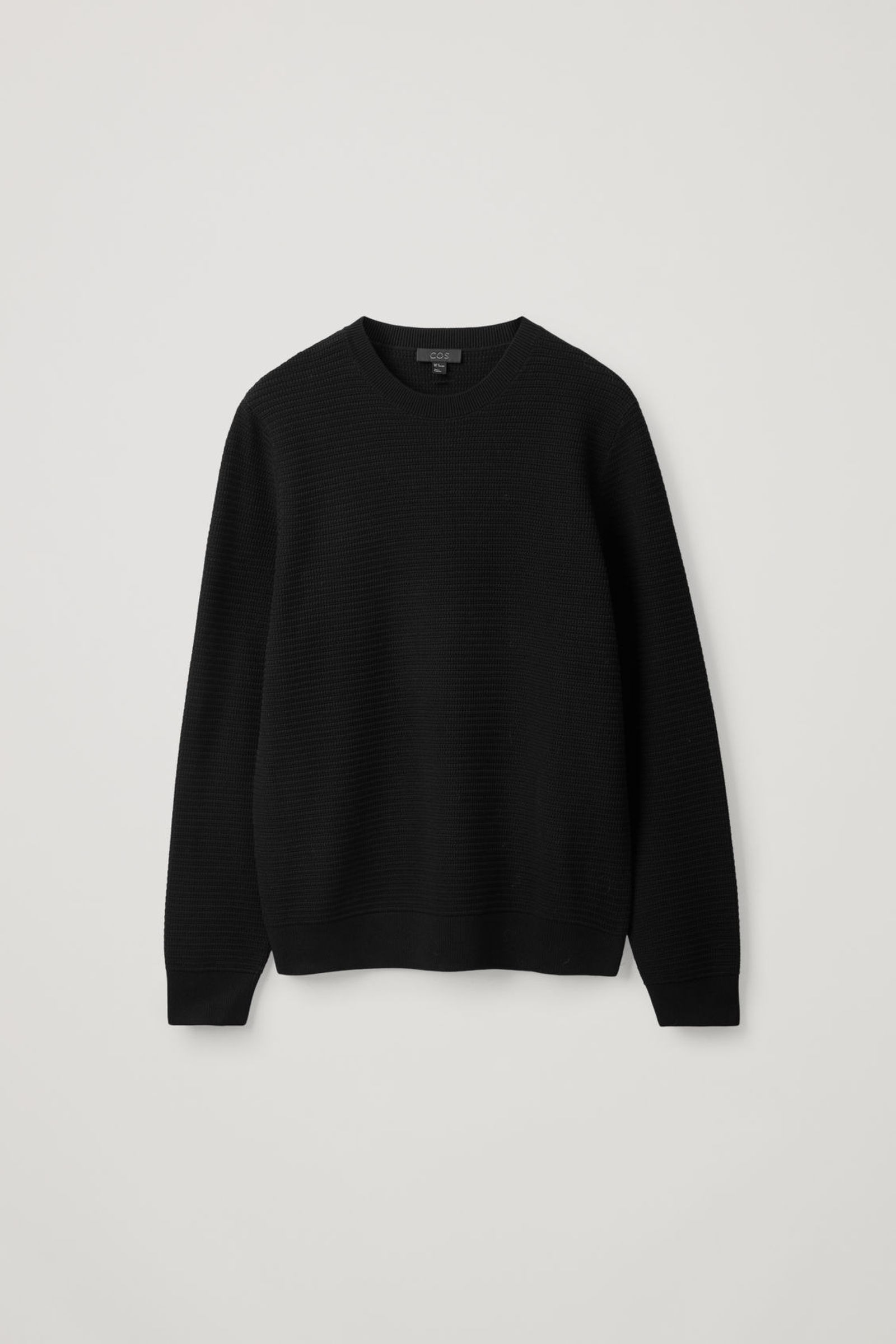 COS 텍스처드 니트 스웨터의 블랙컬러 Product입니다.