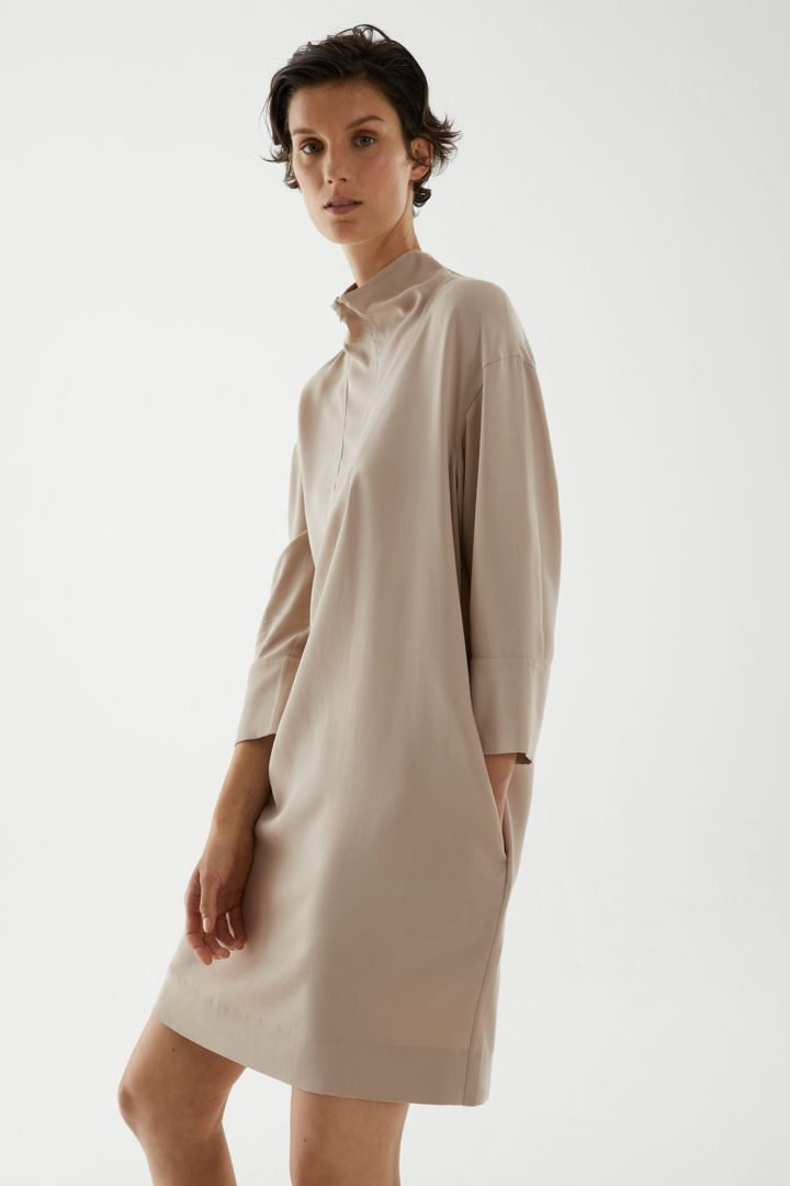 COS 라이오셀 유틸리티 드레스의 베이지컬러 ECOMLook입니다.