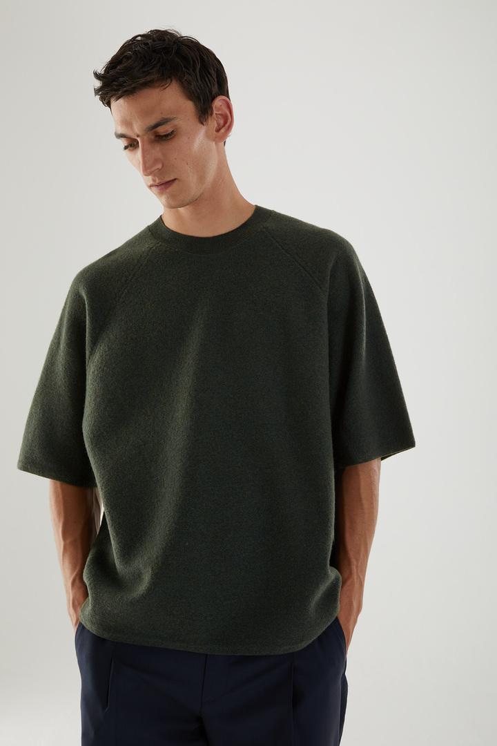 COS 보일드 메리노 울 티셔츠의 그린컬러 ECOMLook입니다.