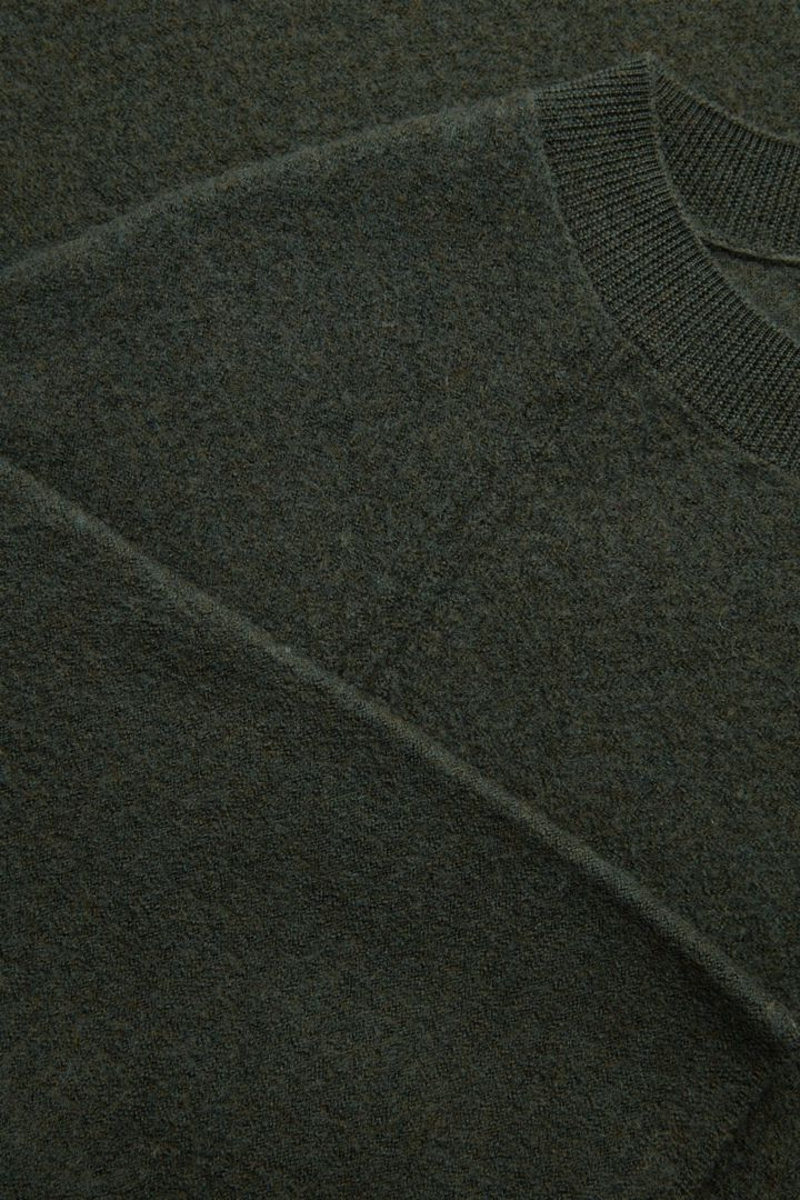 COS 보일드 메리노 울 티셔츠의 그린컬러 Detail입니다.